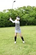 ゴルフをする女性3