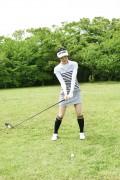 ゴルフをする女性4
