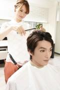 髪をカットする美容師1