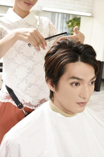 髪をカットされる男性1