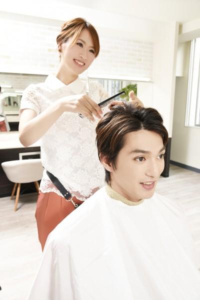 髪をカットする美容師2