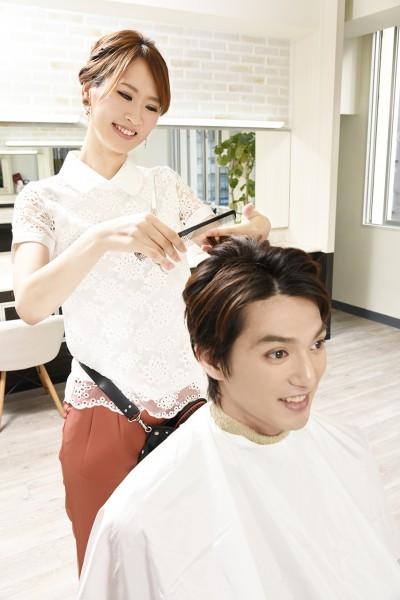 髪をカットする美容師3