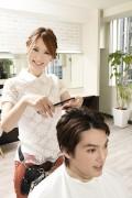 髪をカットする美容師5