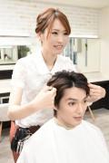 髪をセットする美容師1
