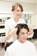 髪をセットする美容師2