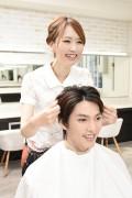 髪をセットする美容師4