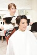 仕上がりを見せる美容師2