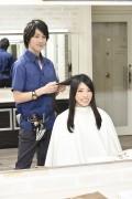 髪をカットする美容師6
