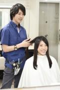 髪をカットする美容師7