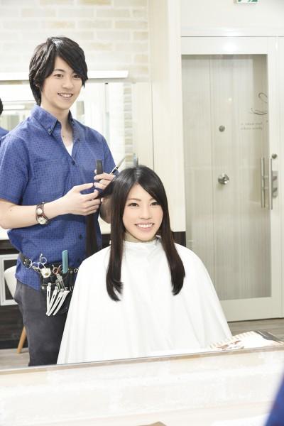 髪をカットする美容師8