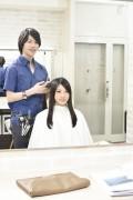 髪をカットする美容師9