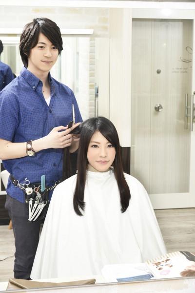 髪をカットする美容師10