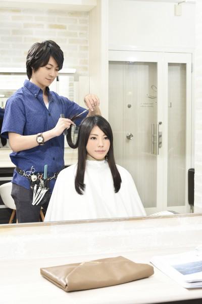 髪をカットする美容師11