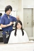 髪をカットする美容師12