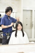 髪をカットする美容師13