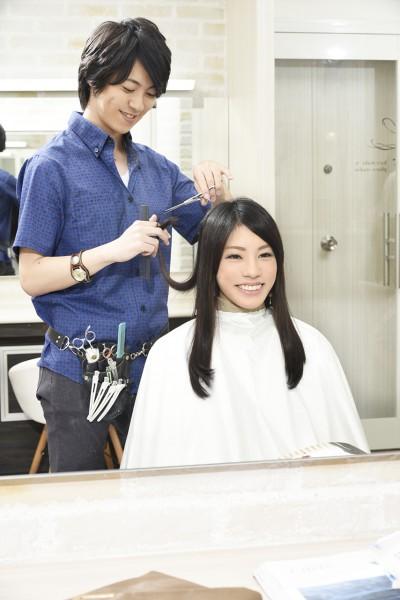 髪をカットする美容師14