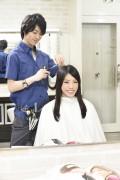 髪をカットする美容師15
