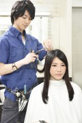 髪をカットする美容師16