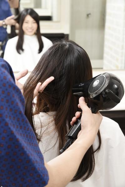 髪をドライする美容師9