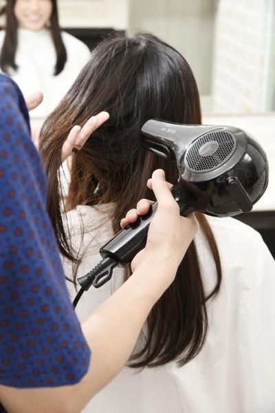 髪をドライする美容師10