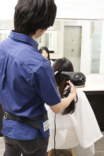 髪をドライする美容師11